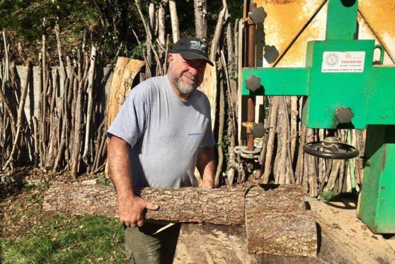 Roberto mentre taglia la legna per l'inverno
