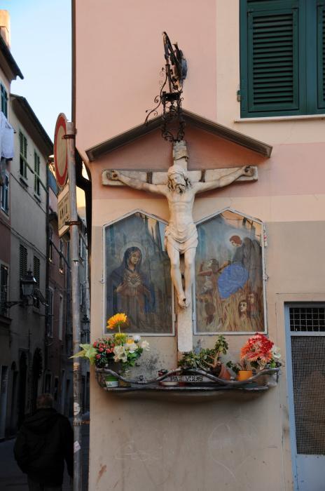 Sestri, Piazza dei Migone: edicola con crocifissione in marmo