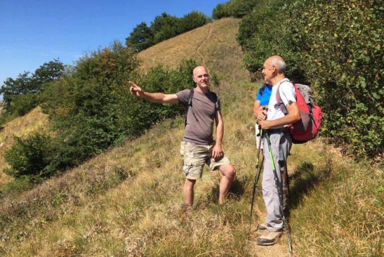 Mauro mentre dà informazioni a degli escursionisti che incontriamo sul percorso