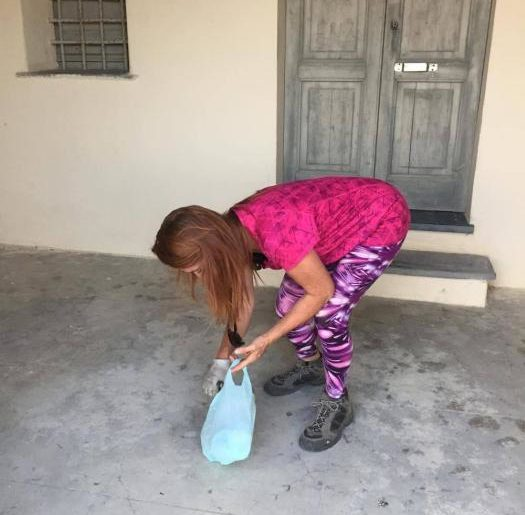 Francesca mentre raccoglie la spazzatura