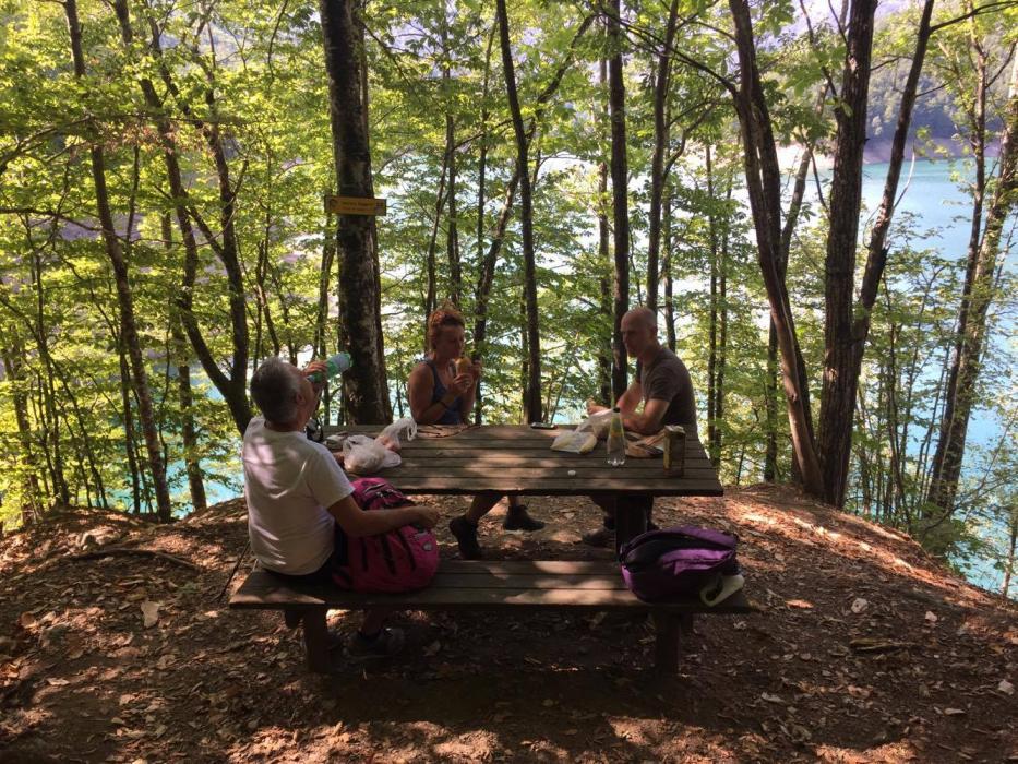 Ci fermiamo a mangiare in mezzo agli alberi a due passi dal lago
