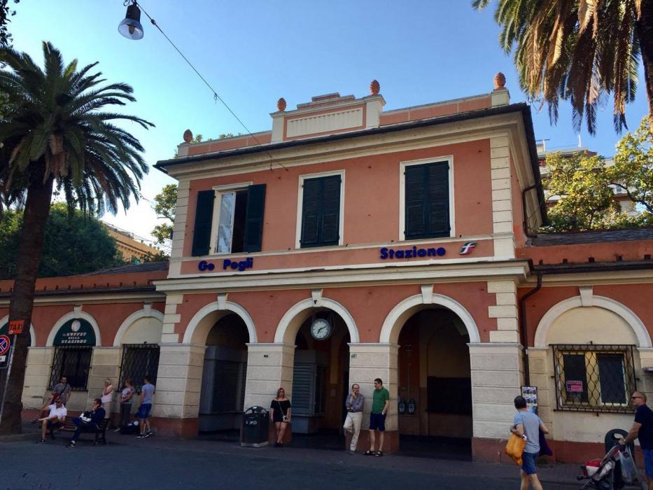 La stazione di Pegli è proprio di fianco all'ingresso del parco