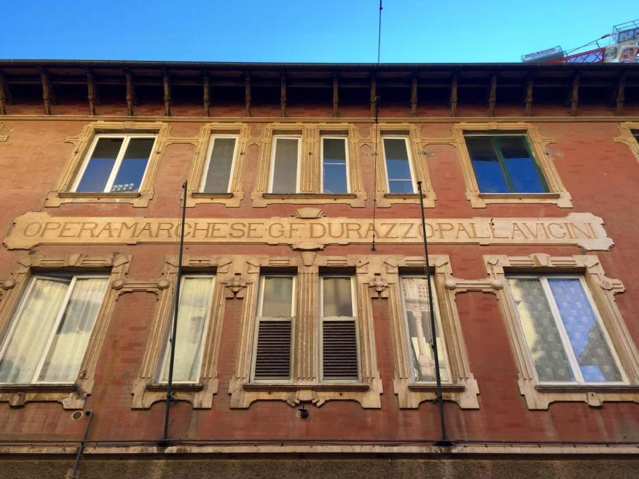 """Sulla facciata di questo edificio di Pegli c'è scritto """"Opera Marchese Durazzo Pallavicini"""" © Laura Guglielmi"""