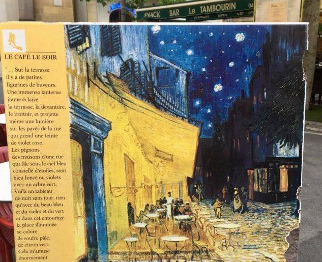 Circuito Van Gogh, lastra di pietra che indica dove Van Gogh posò il cavalletto per dipingere il caffè