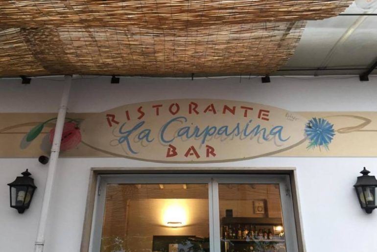 Scendendo in auto da san Bernardo di Conio ci fermiamo a Carpasio, al bar ristorante La Carpasina. Patrizia Natta, la proprietaria, mi racconta che suo papà aveva le bestie vicino all'accampamento partigiano e che è stato lui ad avvisare i partigiani che c'erano tedeschi dappertutto.