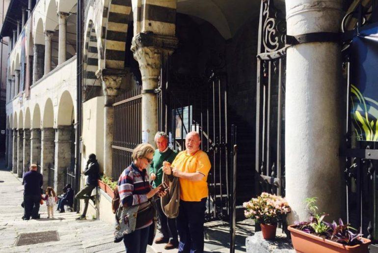 L'itinerario parte dalla Commenda di Prè, dove mi attende Pier Guido Quartero, a destra, insieme agli amici