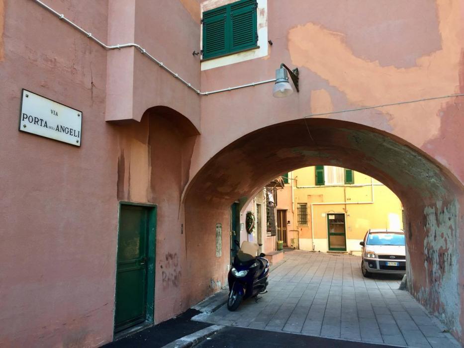 Nucleo di antiche case su via Porta degli Angeli