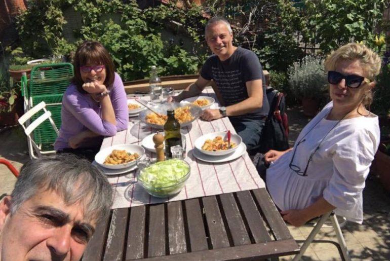 A pranzo nel bel terrazzo fiorito di Roberto ed Elena