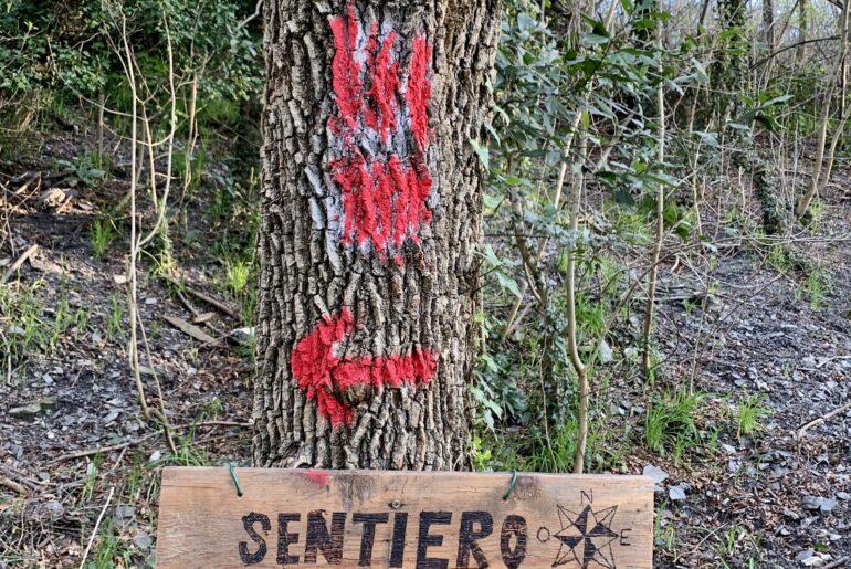 Il segno rosso che porta in via Piombelli