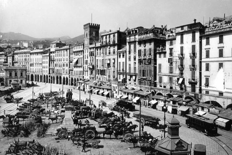 Le facciate dei palazzi a Piazza Caricamento nell'Ottocento.