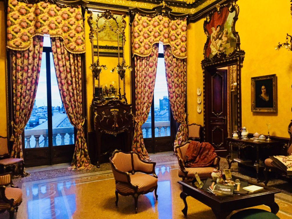 Palazzo Montanaro. Sala affacciata sul centro storico di Genova.