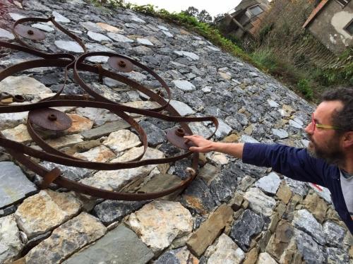 Gigi, il cremonese, ci mostra un suo lavoro in ferro battuto