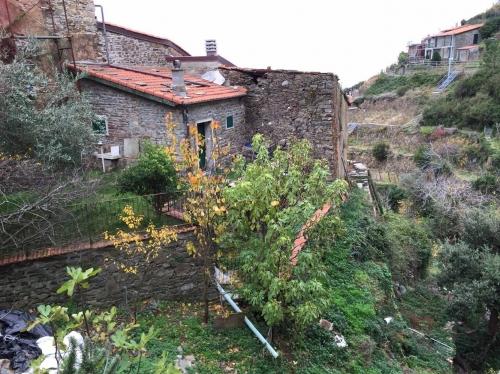 La casa che Gigi ha rimesso in piedi, a Fossola. Ci sono tanti 'foresti' che si sono innamorati di questo paesaggio e lo hanno fatto proprio.