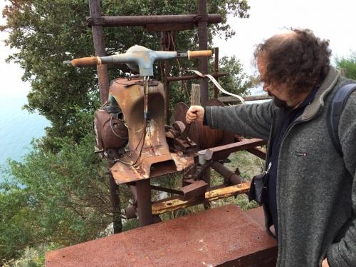 Luca Natale ci mostra il 'motore' della teleferica che un tempo portava i carichi su e giù da Monesteroli. I liguri riciclavano tutto