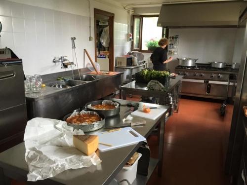 La cucina del Rifugio Allavena, con Anna ai fornelli