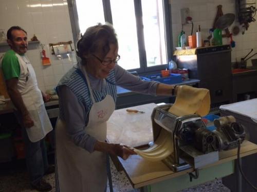 Mamma Joset, che prepara la pasta per i ravioli