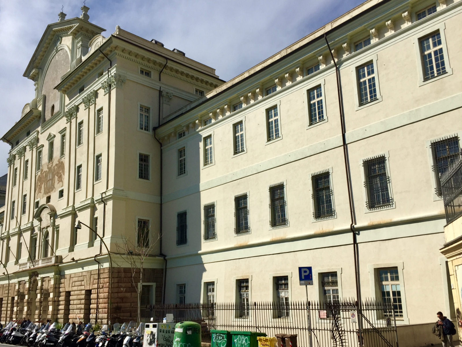 La facciata dell'Albergo dei Poveri.