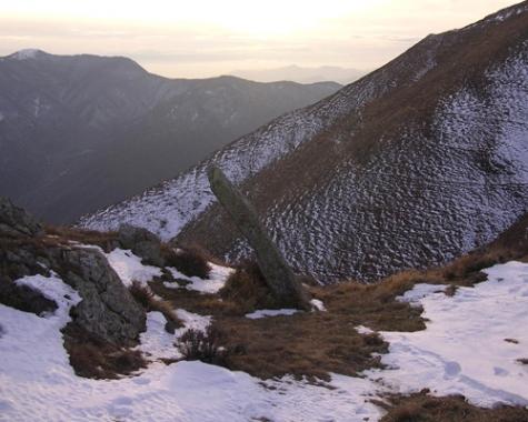 Il menhir di passo della Mezzaluna. Foto di Giacomo Revelli