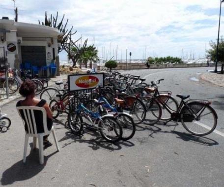 La simpatica signora che affitta bici al Sud est a Sanremo oggi ne ha tirate fuori poche. Tutti a vedere la partita