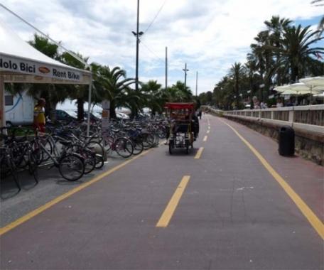 Ora la pista ciclabile costeggia la passeggiata Imperatrice di Sanremo