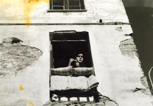 La stessa finestra com'era, negli anni Ottanta, prima della ristrutturazione