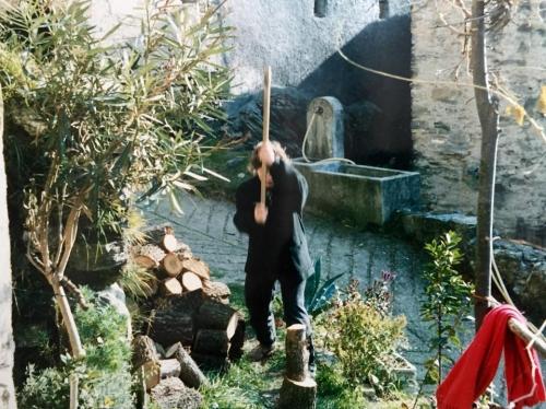 Anni Novanta: Stefani che taglia la legna