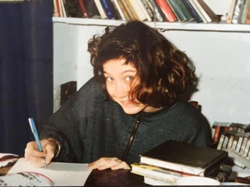 Laura, figlia di Stefani, ai tempi della scuola. La sua formazione culturale l'ha ricevuta in Italia