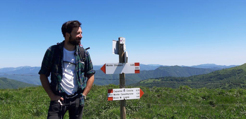 Maurizio Carucci con segnaletica CAI (foto Elisa Brivio)