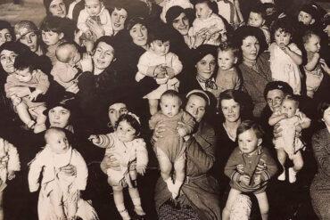 Mamme con bambini in braccio
